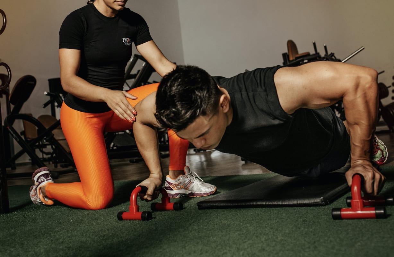 ワークアウトのイメージ写真:トレーニングする男性